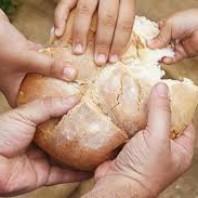 Frase idiomática: cuando hay hambre no hay pan duro